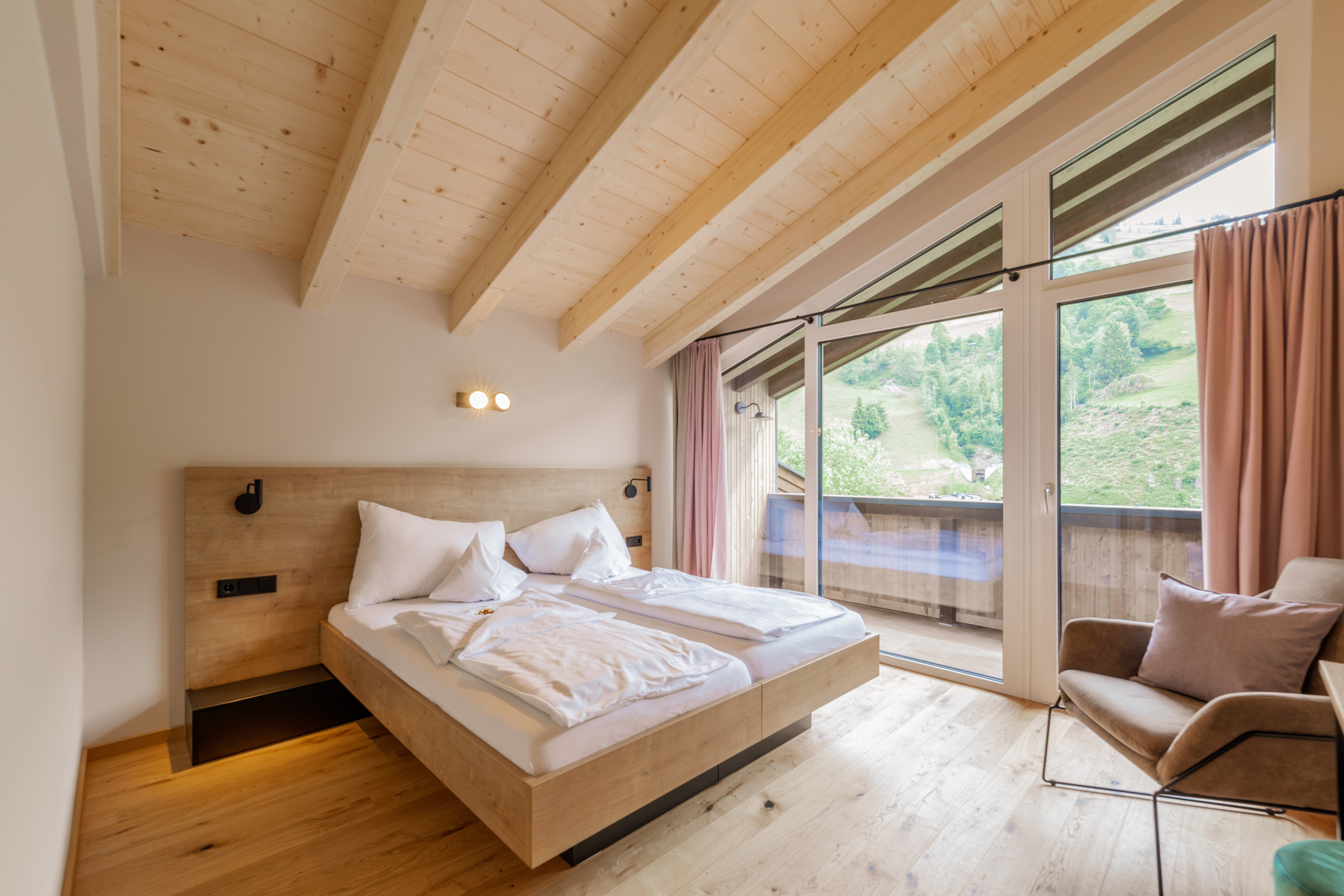 Bergblick im Designhotel Haus Jausern, luxuriöse Ausstattung und natürliche Materialien. Poolblick