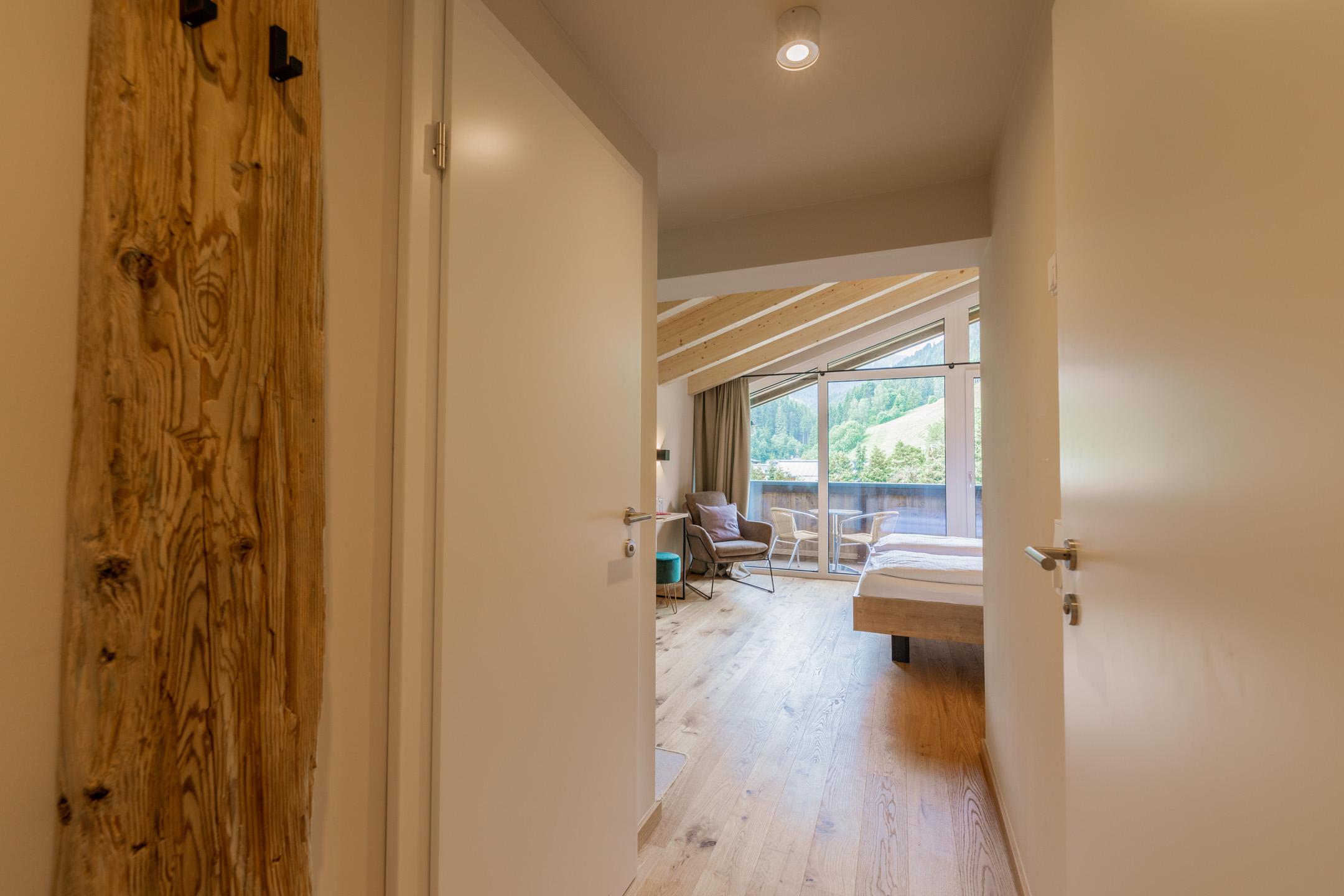 Aussicht, im Doppelzimmer Freigeist im Design Hotel Haus Jausern in Saalbach.