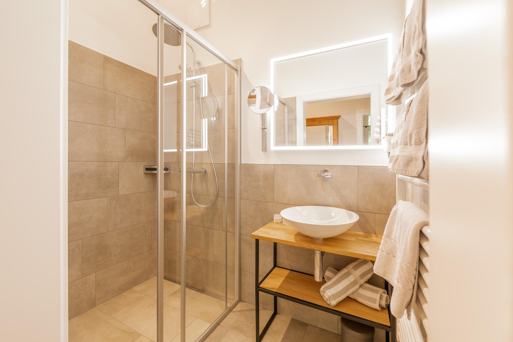 Das helle, moderne und neue Bad im Design Doppelzimmer Weitblicker im neuen Hotel Haus Jausern Saalbach