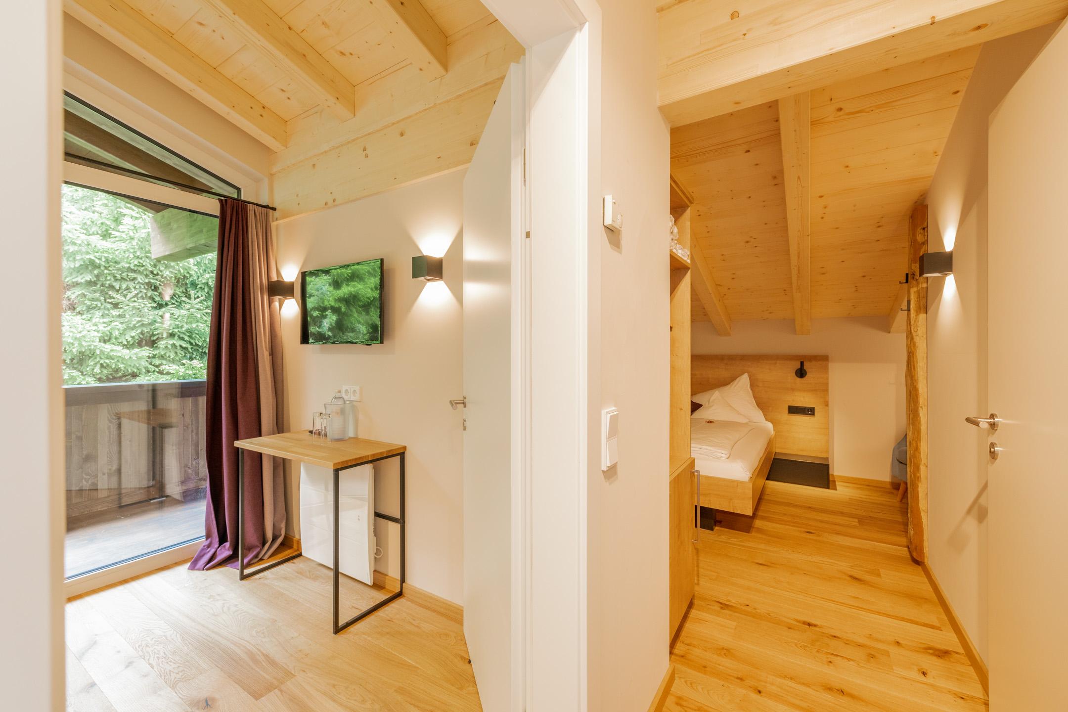 Von Natur umgeben, leger entspannen in der große Suite, Raum hoch zwei für bis zu vier Personen. Im neuen Design Hotel Haus Jausern in Saalbach