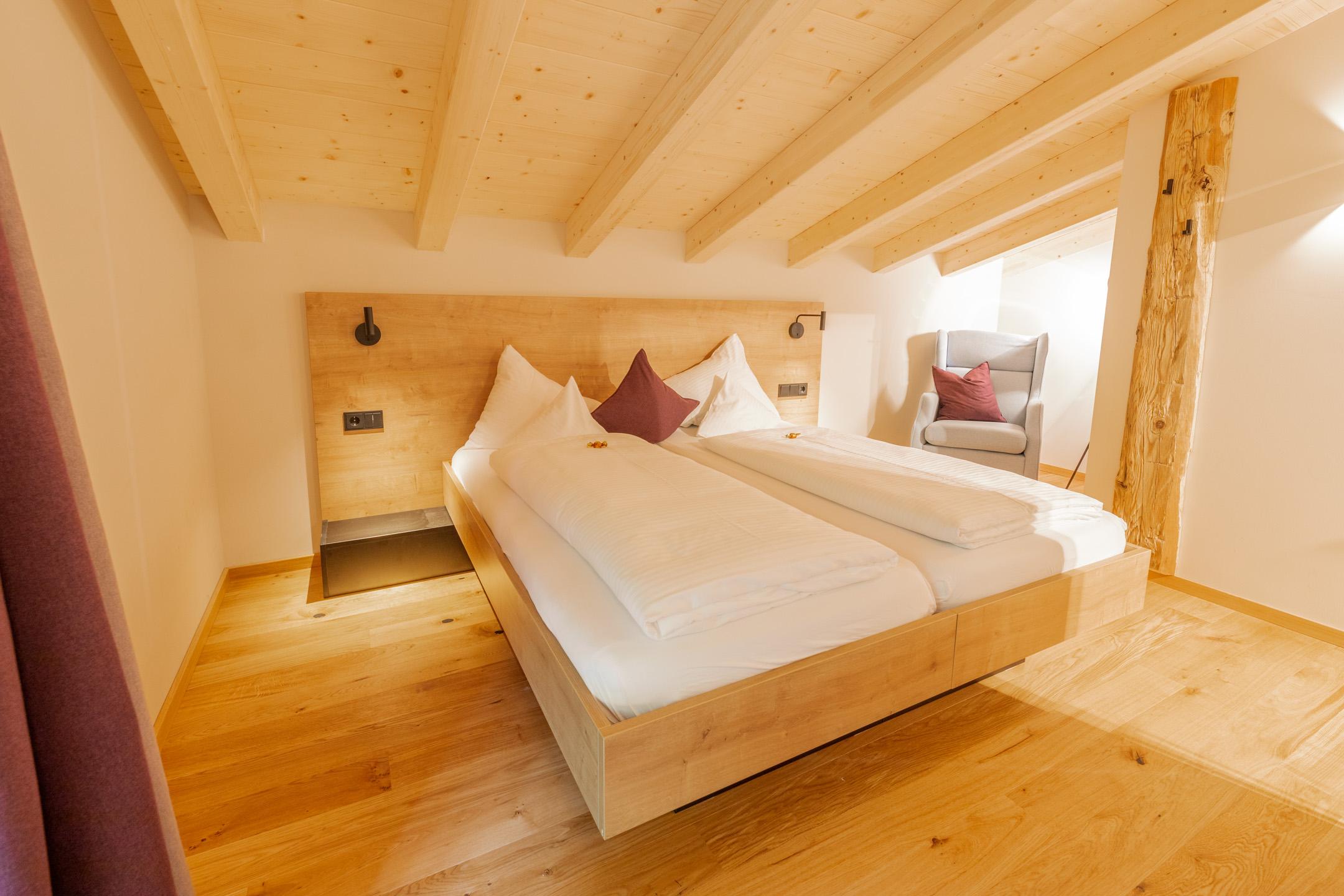 Große Suite für bis zu vier Personen im neuen Design Hotel Haus Jausern in Saalbach. Genießen sie den Luxus, einer Familien Suite mit getrennten Schlafzimmern. Raum hoch zwei, bietet genügend Platz um sich auszubreiten, privat aber doch zusammen.