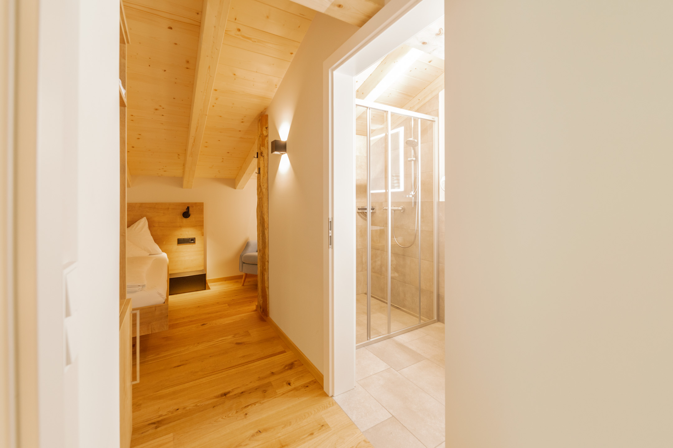Familien Suite, Raum hoch zwei. Genügend Platz um sich auszubreiten, privat aber doch zusammen. Große Suite für bis zu vier Personen mit getrennten Schlafzimmern