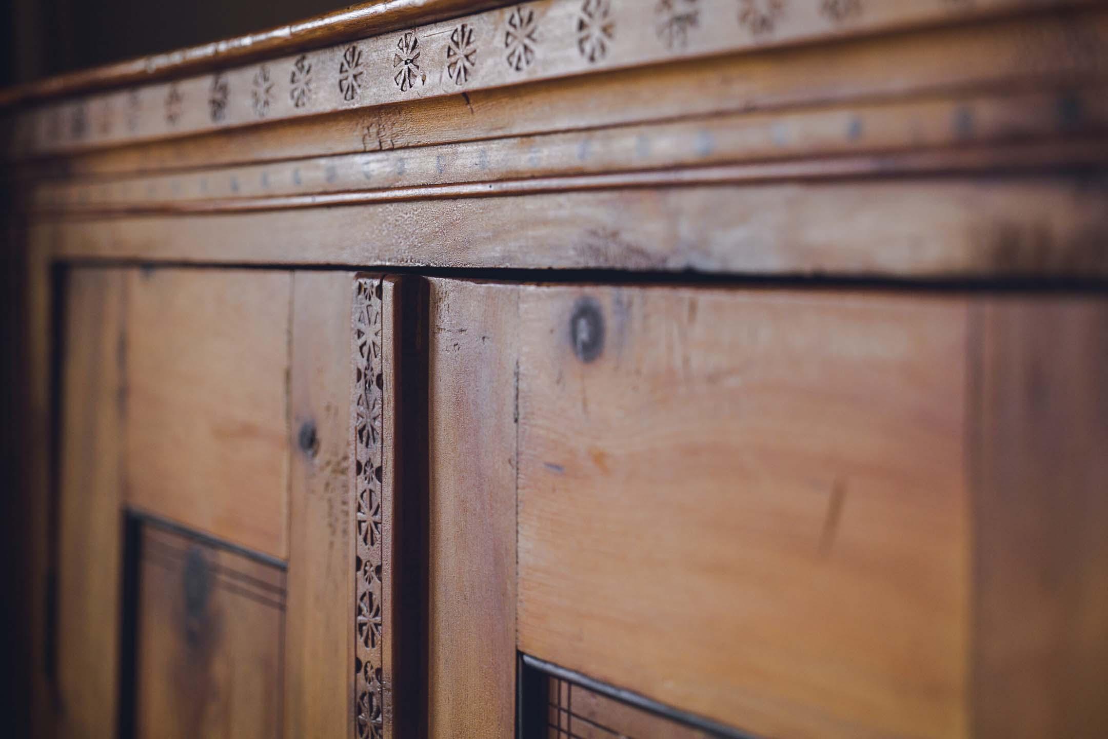 Historisch und schön, alter Bauernschrank im Einzelzimmer