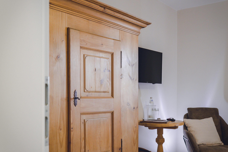 Das Design Doppelzimmer im Hotel Haus Jausern Saalbach.Massivholzbett, Daunenkissen und Kunst, der Individualist bietet eine tolle Ausstattung.